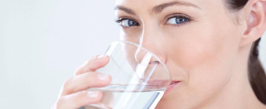 donna con cistite beve acqua